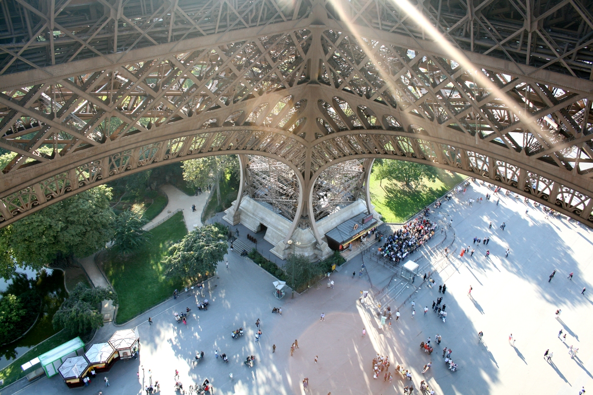 Subir a Torre Eiffel pelas escadas. Como é?