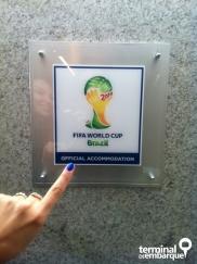 Plaquinha indicando hospedagem oficial da Fifa. Ela fica na recepção do hotel!