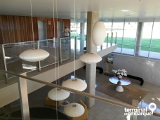 Recepção vista do 1º andar. Lá tem uma sequência de quadros preto e branco mostrando o começo da construção de Brasília.